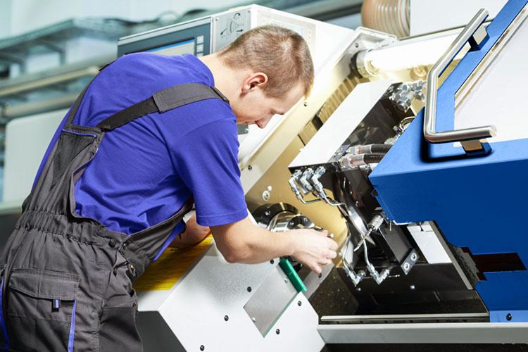 Mitarbeiter beim Produktionsprozess